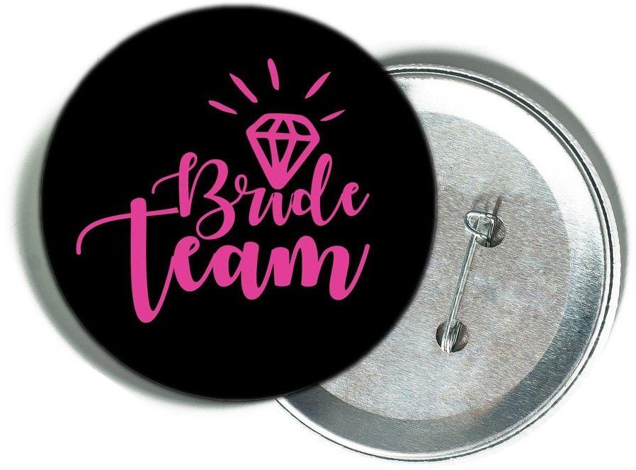 Przypinka czarna z różowym napisem Bride Team i diamentem